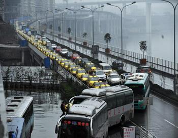 Очередь городского транспорта на заправку в провинции Чунцин на юго-западе Китая 18 ноября 2009 года. Фото: STR/AFP/Getty Images