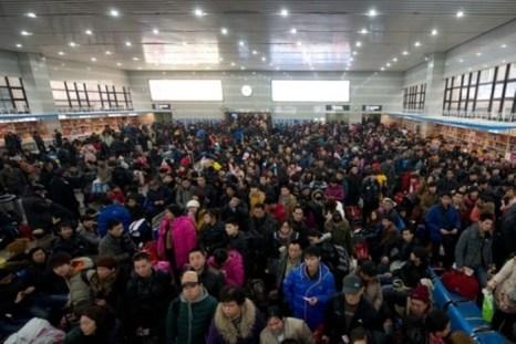 В зале ожидания железнодорожного вокзала Пекина. 31 января 2013 года. Фото: Ed Jones/AFP/Getty Images
