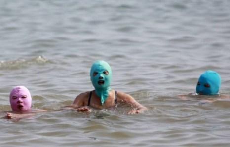 Отдых на пляже в защитной маске. Фото: epochtimes.com