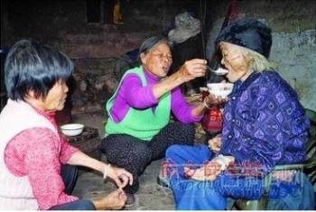 Дочери кормят свою «умершую и ожившую» мать жидкой кашей. Фото с epochtimes.com