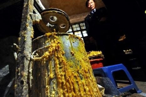 В городе Куньмин в подпольном кондитерском цехе из тухлых яиц делают торты. Фото с epochtimes.com