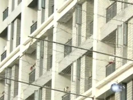 Окна общежития, из которых один за другим выбрасывались сотрудники компании Foxconn. Под окнами натянули предохранительную сетку, чтобы предотвратить массовый суицид рабочих. Фото с epochtimes.com
