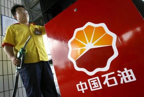 На заправочной станции Китайской национальной нефтегазовой корпорации (CNPC) в дизельное топливо добавляют воду. Фото: LIU JIN/AFP/Getty Images