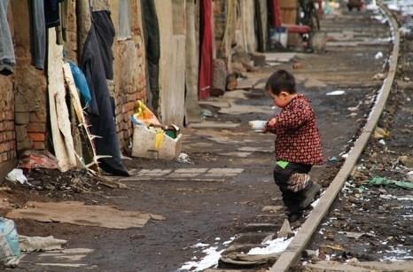 Многие дети в стране всё ещё живут в ужасных условиях грязных трущоб. Фото с epochtimes.com