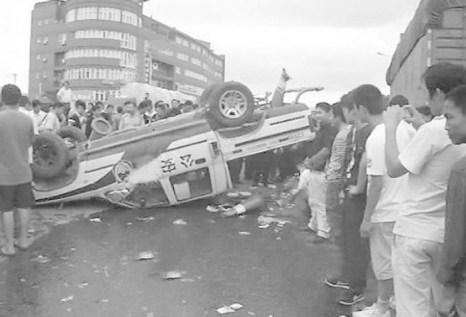 Народ всё более активно противостоит произволу со стороны властей, особенно полиции. На фото недовольные граждане перевернули полицейский автомобиль. Фото с epochtimes.com