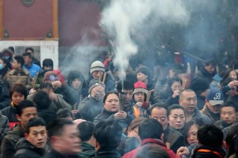 Китайцы возжигают благовония в храмах на Новый год. Январь 2014 года. Фото: PETER PARKS/AFP/Getty Images