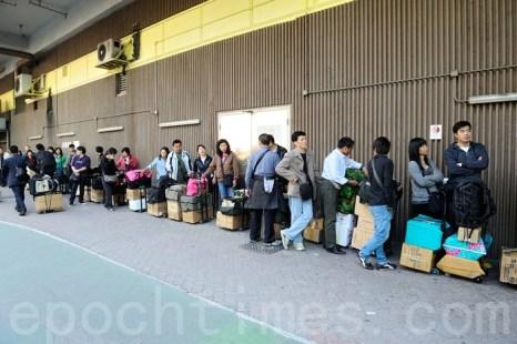 Даже сами китайцы не хотят покупать свою продукцию. На фото жители материкового Китая везут из Гонконга баулы с детским питанием и другими продуктами, так как считают отечественную продукцию опасной для здоровья. Фото: The Epoch Times