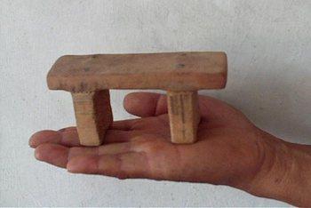 Это точная копия лавочки, которую в китайских тюрьмах используют для пыток узников совести. Фото: minghui.org