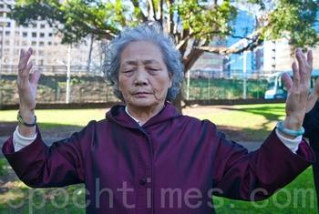 Пожилая женщина выполняет упражнение Фалуньгун. Сидней, Австралия. Фото: The Epoch Times