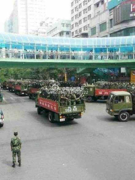 Улицы Синьцзяна заполнены военной техникой, вооружёнными полицейскими и военными. Июль 2013 года. Фото с sina.com