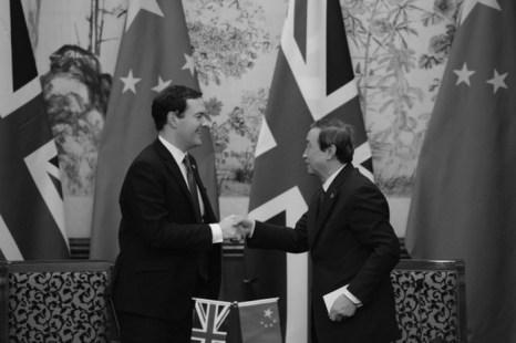 Британский министр финансов Джордж Осборн (слева) пожимает руку вице-премьеру Китая Ма Каю (справа) на встрече в Пекине 15 мая. Аналитики полагают, что Китай в последнее время обошёл Великобританию в переговорах. Фото: Kota Endo/AFP/Getty Images