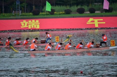 Праздник драконьих лодок в Пекине, 10 июня 2013 года. Китайские чиновники заявили, что кредитный кризис начался из-за снятия денег перед этим популярным праздником, который отмечается каждый год. Фото: STR/AFP/Getty Images