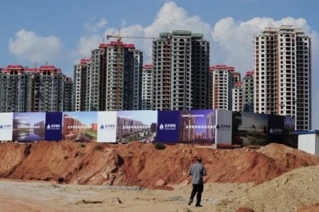 Пустые дома в городе Ордос, Внутренняя Монголия, Китай, 12 сентября 2011 года. Город, который обычно называют «город-призрак» в связи с отсутствием людей, рассчитан на 1,5 млн жителей, и его уже окрестили китайским Дубаем. Фото: Mark Ralston/AFP/Getty Images