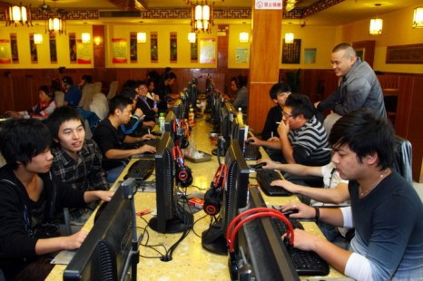 Группа людей в интернет-кафе, 2 ноября 2012 года, город Цзяшань, провинция Чжэцзян, Китай. Китайские пользователи Интернета иногда выявляют правонарушения чиновников через систему поиска информации о человеке, которую власти хотят искоренить. Фото: AFP/AFP/Getty Images