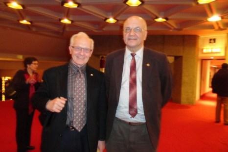 Всемирно известные физики Пол Коркум и Виктор Аполлонов отметили 35-летие дружбы посещением премьеры спектакля Shen Yun в Национальном центре искусств Оттавы 2 января 2014 года. Фото: Madalina Hubert/Epoch Times