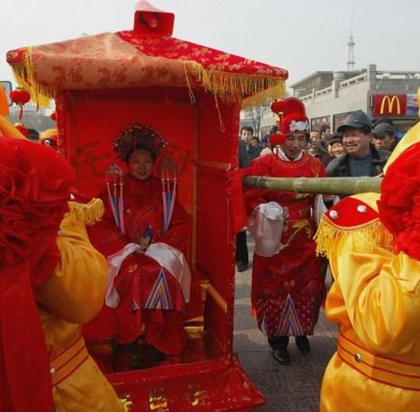Молодая китайская невеста в традиционном платье во время репетиции традиционной китайской свадьбы 8 января 2005 года в Сиане, Китай. Фото: China Photos/Getty Images