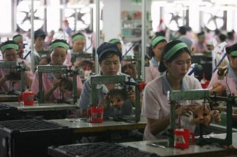 Рабочие собирают кукол на заводе Jetta Industries Co., Ltd. в Гуанчжоу, Китай, 4 сентября 2007 года. Фотто: Feng Li/Getty Images
