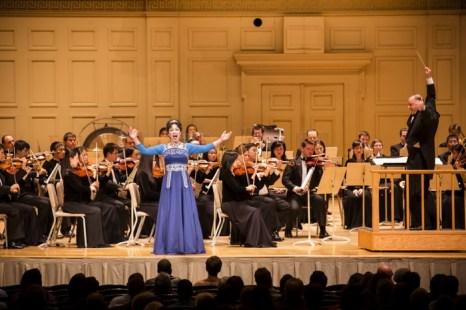 Солистка симфонического оркестра Shen Yun, сопрано Минь Цзян, поёт «Небесную тайну» в Бостонском симфоническом зале 9 октября 2013 года. Оркестр является единственным в мире, который сочетает в себе классические западные и китайские инструменты. Фото: Edward Dai/Epoch Times