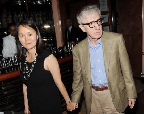 «Ты встретишь таинственного незнакомца». Режиссер фильма «Ты встретишь таинственного незнакомца» Вуди Аллен с супругой Сун-И Превин на демонстрации картины в Нью-Йорке. Фото: Jason Merritt/Getty Images