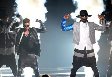 Джастин Бибер и Will.i.am на церемонии Billboard Music Awards 2013 в Лас-Вегасе 19 мая 2013 года. Фото: Ethan Miller/Getty Images
