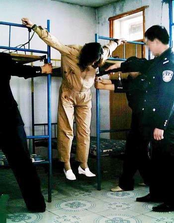 Китай. Полицейские усиливают пытку последователя Фалуньгун, тряся кровати, на которых он распят.Фото: minghui.org
