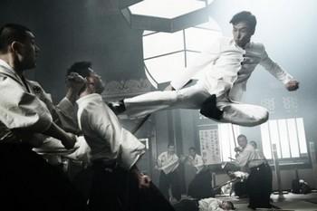 Донни Йен в прыжке наносит удар ногой японскому мастеру боевых искусств в фильме «Легенда о кулаке: Возвращение Чень Чженя».
