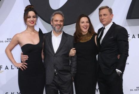 «007: Координаты «Скайфолл»». Актриса Беренис Марло, режиссёр Сэм Мендес, продюсер Барбара Брокколи и актёр Дэниэл Крэйг на премьере фильма «007: Координаты «Скайфолл»» в Берлине, Германия. Фото: Sean Gallup/Getty Images for Sony Pictures