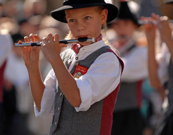 Мальчик взял в руки Флейту, и она запела. Фото: Guenter Vahlkampf/Getty Images