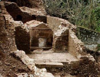 Фотография рекламного листка, выпущенного министерством культуры Греции 4 апреля 2007, показывает хорошо сохранившуюся гробницу римской эпохи, раскопанную археологами  в Фискардо, на Ионийском острове Кефалиния. Фото с сайта theepochtimes.com