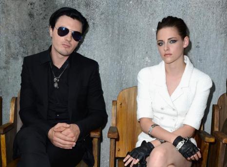 Звезда «Сумерек» Кристен Стюарт и Майкл Питт на показе новой коллекции Chanel в Париже 2 июля 2013 года. Фото: Pascal Le Segretain/Getty Images