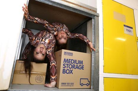 Гуттаперчивые артистки поместились в шкафчике для хранения. Фото: Tim P. Whitby/Getty Images