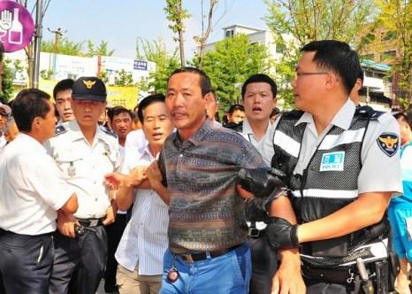 13 сентября 2009 г более 100 китайцев напали на участников парада в поддержку вышедших из рядов КПК, уничтожая оборудование и плакаты, подготовленные для парада. Цуй Ваньцзи был арестован на месте происшествия и доставлен в полицейский участок. Фото: Guohuan Jin/The Epoch Times