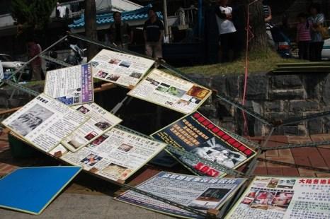 Бандиты разрушили рекламные щиты. Фото: The Epoch Times