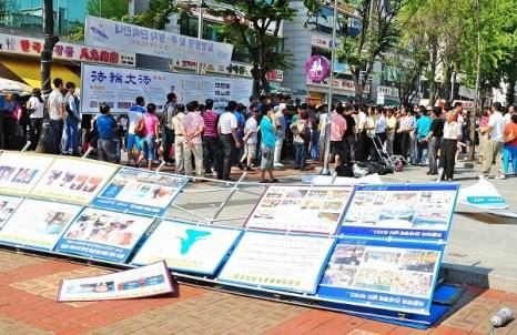 Бандиты разрушили рекламные щиты. Фото: Guohuan Jin/The Epoch Times