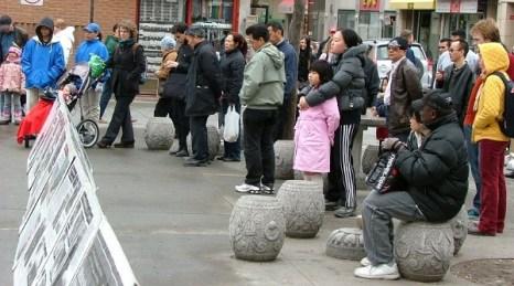 Местные жители узнали о том, как в Китае подавляют людей. Фото: Cheng Xin/The Epoch Times