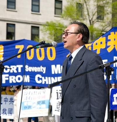 Выступает бывший директор по связям отдела пропаганды компартии Китая в Шеньяне Чжан Кайчэнь. Фото: John Yu/The Epoch Times