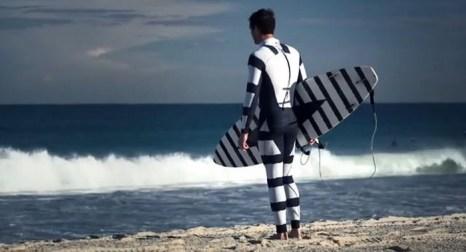 Один из двух новых гидрокостюмов со специальной расцветкой, разработанной дизайнерской фирмой в сотрудничестве с университетом из Австралии, чтобы ввести в заблуждение акул. Этот гидрокостюм делает человека абсолютно непохожим на повседневную добычу акул. Скриншот с сайта Youtube.com