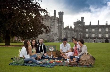 Пикник в Замке Килкенни. Килкенни будет принимать хоры из трёх городов, которые являются его городами-побратимами — Лестер (Соединенное Королевство), Море-сюр-Луан (Франция) и Сюйчжоу (Китай). Фото: Tourism Ireland