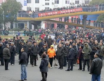 Утром 21 февраля 2012 года в городе Ичан провинции Хубэй, тысячи пенсионеров китайской компании Гэчжоуба, вышли на улицы с протестом, требуя повышения пенсий, а также уйти в отставку Ян Цзисюэ председателя компании Гэчжоуба. Фото: epochtimes.com