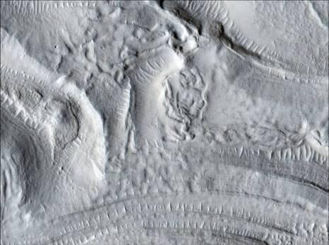 Марс. Концентрический кратер на Северных равнинах Марса. Фото: NASA/JPL/University of Arizona