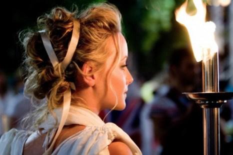 Женщина держит факел во время церемонии в Греции. Слово «косметика» происходит от греческого слова «космос», то есть мир, упорядоченная вселенная. Фото: Jan Jekielek/The Epoch Times