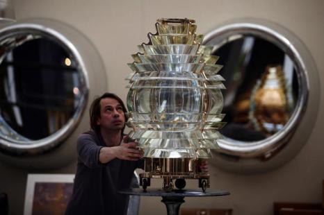 Дэвид Харви очищает антиквариат своего стенда в преддверии выставки изобразительного искусства и антиквариата 2013. Фото: Dan Kitwood/Getty Images
