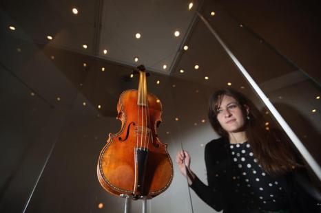 Скрипка «Чиприани Поттер» 1683 года на выставке в Оксфорде. Фото: Oli Scarff/Getty Images