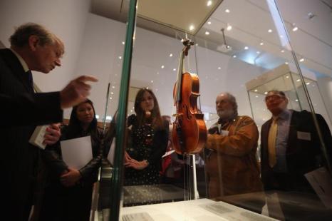 Скрипка «Леди Блант» 1721 года на выставке в Оксфорде. Фото: Oli Scarff/Getty Images