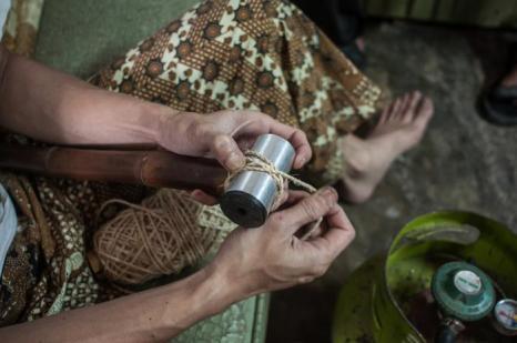 Индонезийцы Ган Ган Ганаван и Абах наладили производство бамбуковых эко-велосипедов на острове Ява. Фото: Putu Sayoga/Getty Images