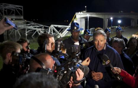 Губернатор штата Вашингтон Джей Инсли комментирует ситуацию рядом с обрушившимся автомобильным мостом через реку Скаджит. Фото: Stephen Brashear/Getty Image