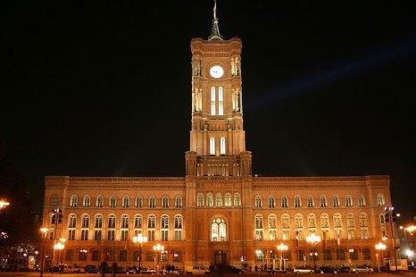 Красная ратуша — историческое здание в центре Берлина, названное так по своему фасаду красного кирпича. Фото: Smirnowsv/commons.wikimedia.org