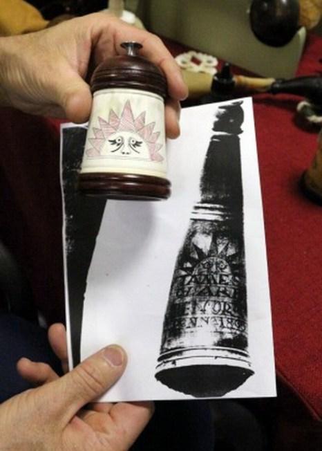 Тим Сэннер держит декоративное изделие из рога. Фото: Myriam Moran copyright 2013