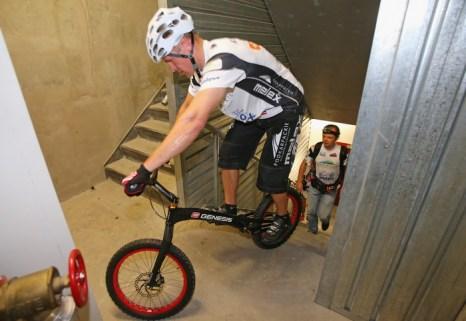 Польский велосипедист Кристиан Херба побил свой собственный рекорд Гиннеса, взобравшись на австралийский небоскрёб «Башня Эврика» по ступенькам без опоры на руки и ноги 3 февраля в Мельбурне. Фото: Scott Barbour / Getty Images