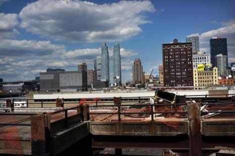 Строительство высотных зданий по проекту доступного жилья в деловом квартале Нью-Йорка Манхеттене, 16 августа 2013 года. Фото: Spencer Platt/Getty Images